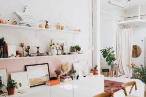 【大人女子必見】おしゃれな部屋を叶えるオーダーの壁面収納の活用方法