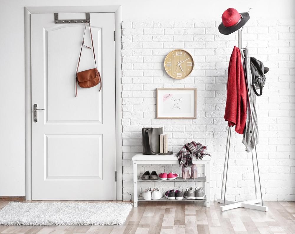 1.玄関には白色の小物を置く